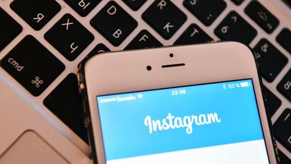 Страница социальной сети Instagram на экране смартфона. - Sputnik Абхазия