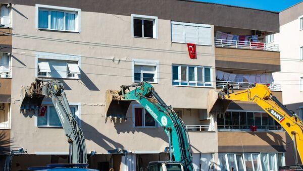 Тяжелая техника удерживает здание после землетрясения в Измире  - Sputnik Аҧсны