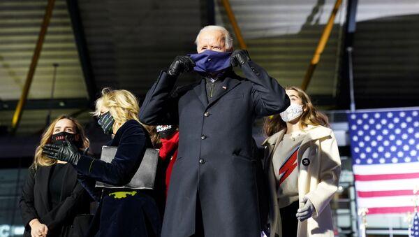 Кандидат в президенты США Джо Байден в маске во время кампании в Пенсильвании  - Sputnik Абхазия