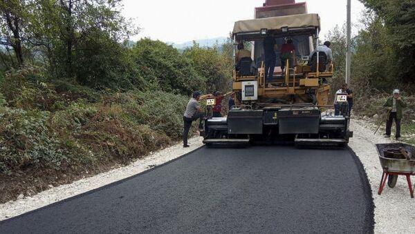Ремонтно-восстановительные работы дорог в селе Аацы Гудаутакого района - Sputnik Абхазия