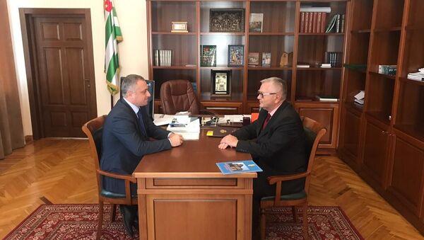 Встреча вице-президента Абхазии Бадры Гунба и посла Российской Федерации в Абхазии Алексея Двинянина - Sputnik Аҧсны