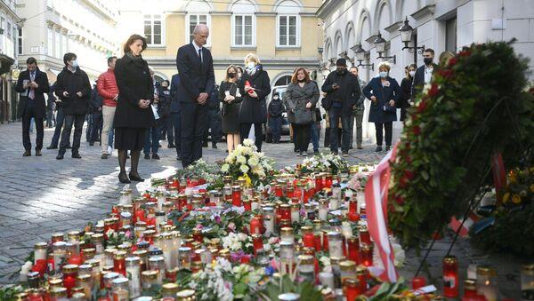 Каролина Эдтстадлер (слева), министр по делам ЕС и конституции в канцелярии Австрии, и министр иностранных дел Нидерландов Стеф Блок стоят перед импровизированным мемориалом из свечей и цветов на месте теракта в Вене 5 ноября 2020 г. - Австрия - Sputnik Абхазия