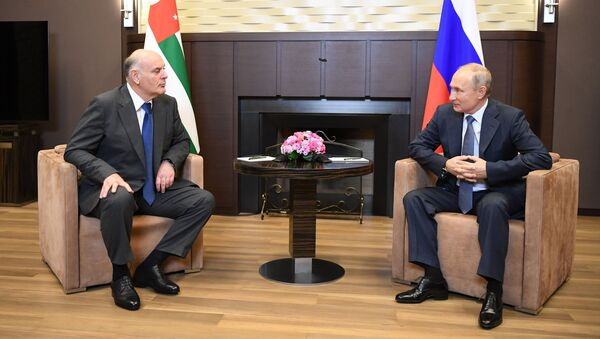 Президент РФ В. Путин встретился с президентом Абхазии Асланом Бжанией - Sputnik Аҧсны