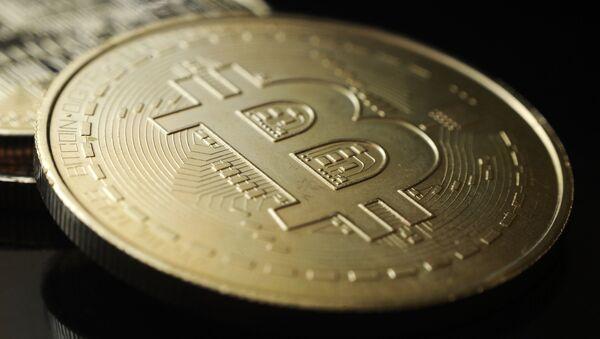 Сувенирная монета криптовалюты биткойн. - Sputnik Абхазия
