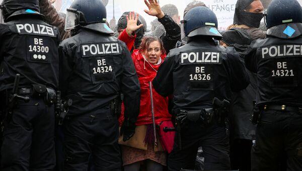 Демонстранты перед полицейскими во время акции протеста против правительственных ограничений, связанных с коронавирусом, возле Бранденбургских ворот в Берлине - Sputnik Абхазия