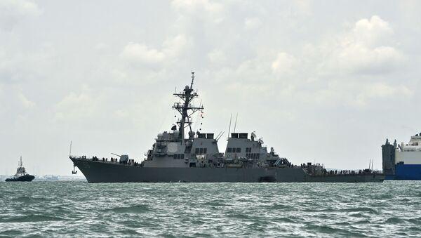На общем виде показан эсминец с управляемыми ракетами USS John S. McCain с дырой в левом левом борту после столкновения с нефтяным танкером у военно-морской базы Чанги в Сингапуре 21 августа 2017 года. - Десять американских моряков пропали без вести и пять ранены рано 21 августа после того, как их эсминец столкнулся с танкером к востоку от Сингапура, это вторая авария с участием американского военного корабля за два месяца. - Sputnik Аҧсны