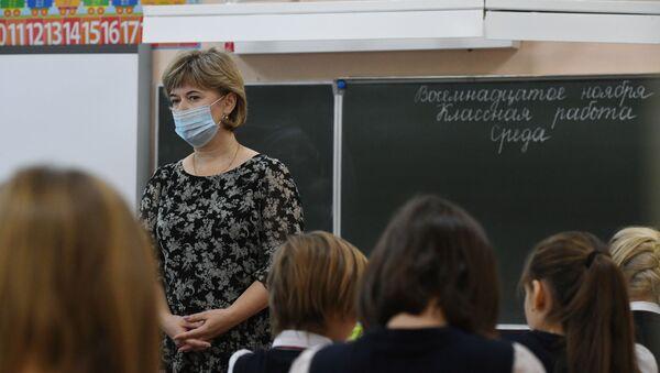 Учитель ведет урок у начальных классов в гимназии №15 Новосибирска. C 16 ноября в Новосибирске очно обучаются ученики 1-5 и 11 классов. Ученики 6-10 классов обучаются дистанционно. - Sputnik Абхазия