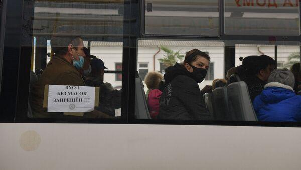 Люди в масках в транспорте  - Sputnik Аҧсны