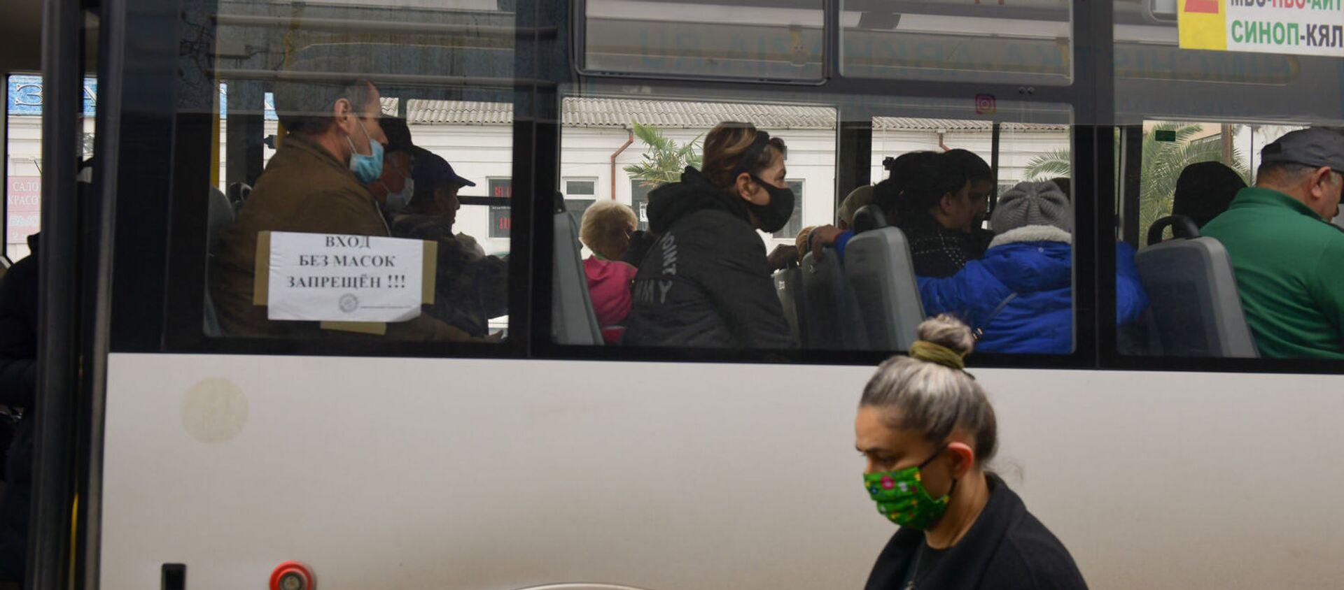 Люди в масках в транспорте  - Sputnik Абхазия, 1920, 11.03.2021