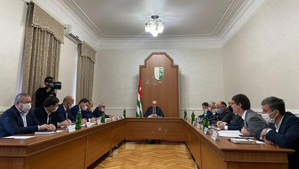 Президент Аслан Бжания встретился с главами городов и районов Абхазии  - Sputnik Аҧсны