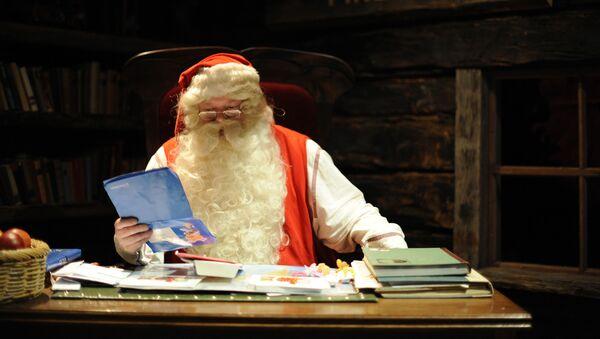 Санта-Клаус читает письма, приходящие со всего мира, в своем «офисе» в Рованиеми 16 декабря 2008 года.  - Sputnik Абхазия