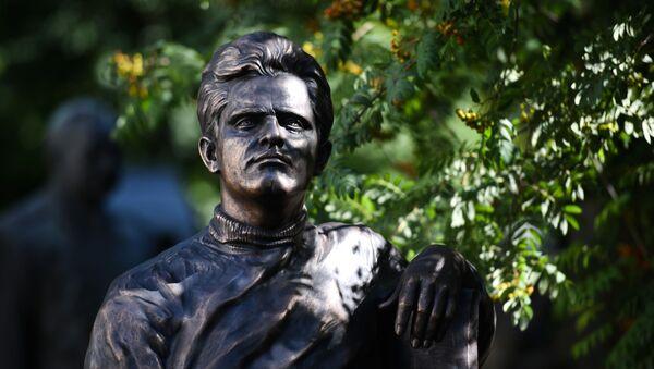 Церемония открытия памятника Фазилю Искандеру на Новодевичьем кладбище - Sputnik Абхазия