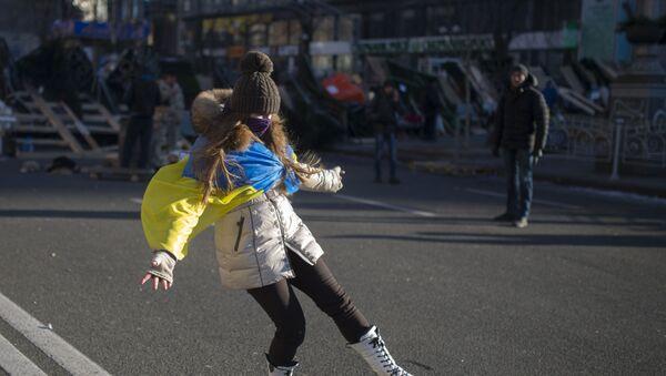 Девушка играет с мячом на улице Крещатик в Киеве - Sputnik Абхазия