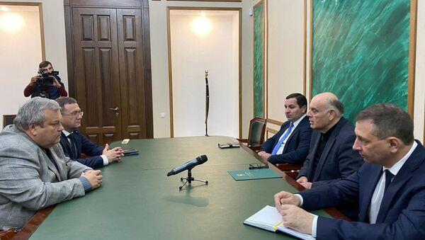 Президент Абхазии Аслан Бжания принял полковника Александра Опарина - Sputnik Абхазия