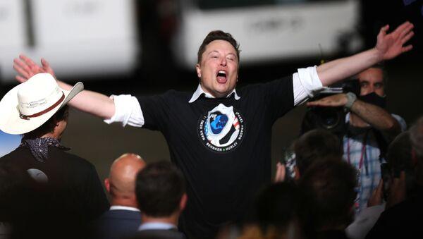 Илон Маск празднует успешный запуск ракеты SpaceX Falcon 9 с космическим кораблем Crew Dragon в Космическом центре Кеннеди - Sputnik Абхазия