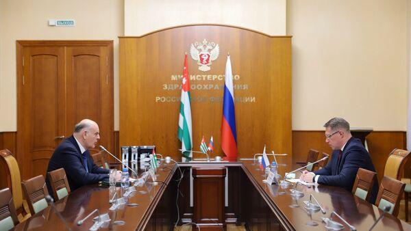 Президент Абхазии Аслан Бжания встретился с министром здравоохранения РФ Михаилом Мурашко  - Sputnik Абхазия