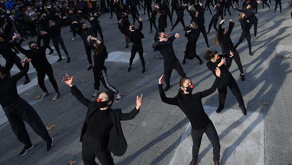 Танцоры группы Les essentiels во время выступления в знак протеста против политики правительства в области здравоохранения во Франции  - Sputnik Абхазия