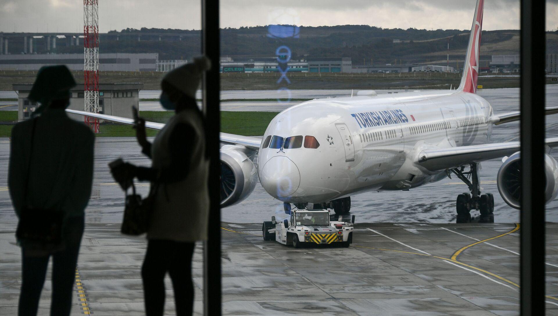 Самолет авиакомпании Turkish Airlines на перроне в Международном аэропорту Стамбул - Sputnik Абхазия, 1920, 13.09.2021