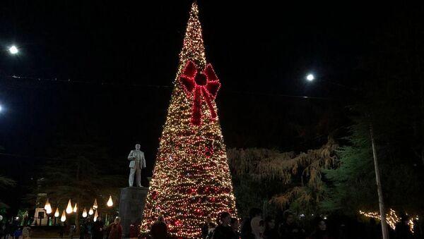 Новогодняя елка в городе Гудаута  - Sputnik Аҧсны