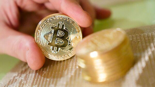 Сувенирные монеты с логотипами криптовалюты биткоин. - Sputnik Абхазия