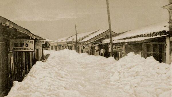 Сухум в снегу в 1911 году. Рыбный переулок (ныне ул. И. Когония). Эти здания не сохранились, снесены в 1998-2000 гг.) - Sputnik Аҧсны