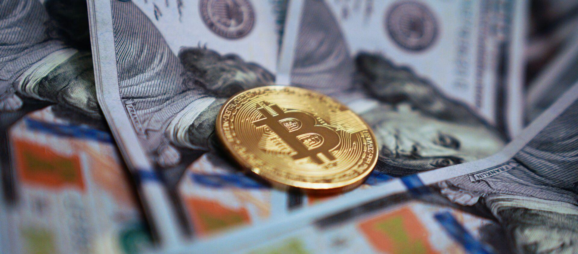 Сувенирная монета с логотипом криптовалюты биткоин. - Sputnik Аҧсны, 1920, 16.02.2021