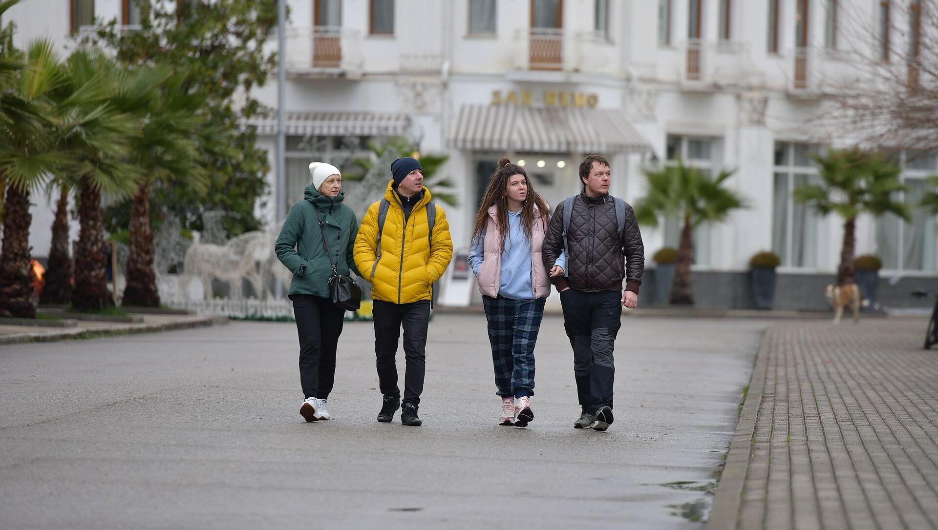 Туристы на набережной  - Sputnik Аҧсны, 1920, 16.02.2021