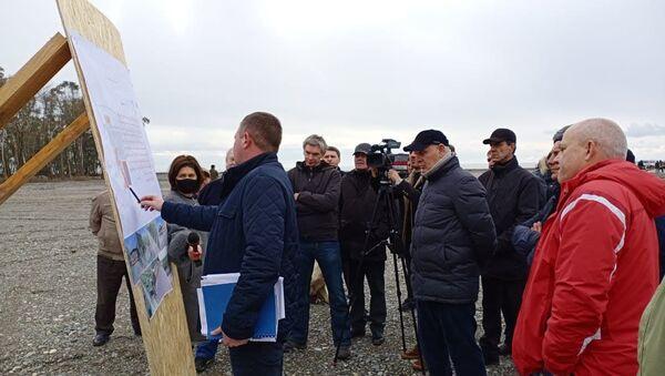 Президент Абхазии Аслан Бжания посетил сегодня место строящегося крупного туристического объекта в селе Тамыш - Sputnik Абхазия