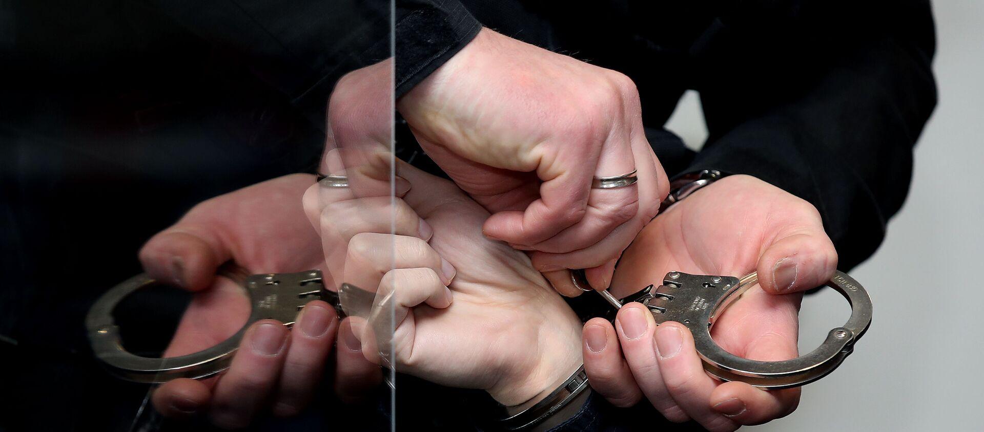 Штефана Баллиета, обвиняемого в застреле двух человек после попытки штурма синагоги в Галле-ан-дер-Заале, Восточная Германия, снимают наручники до начала 21-го дня судебного разбирательства 18 ноября 2020 года в округе.  - Sputnik Абхазия, 1920, 07.03.2021