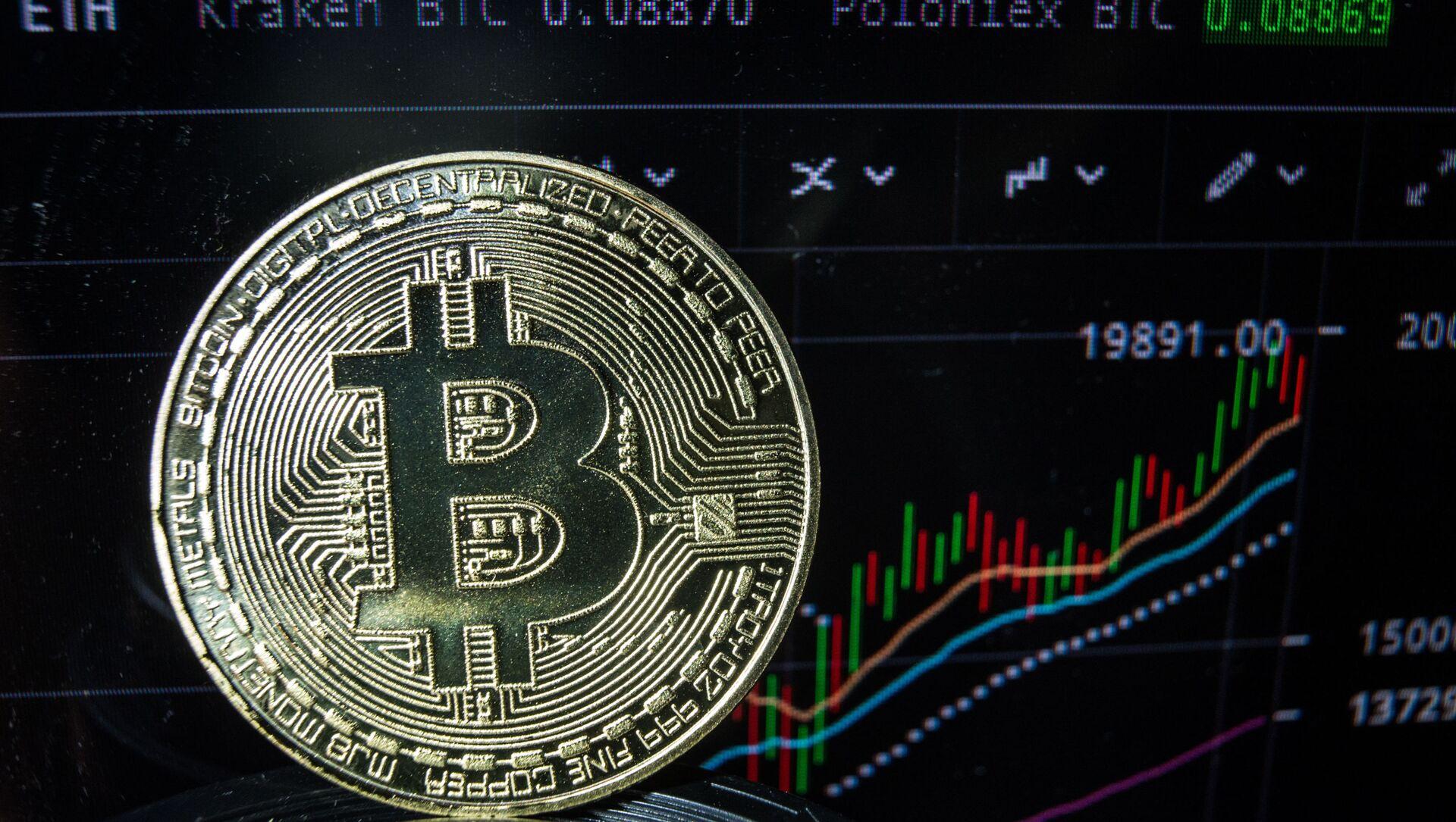 Сувенирные монеты с логотипами криптовалюты биткоин. - Sputnik Абхазия, 1920, 26.07.2021