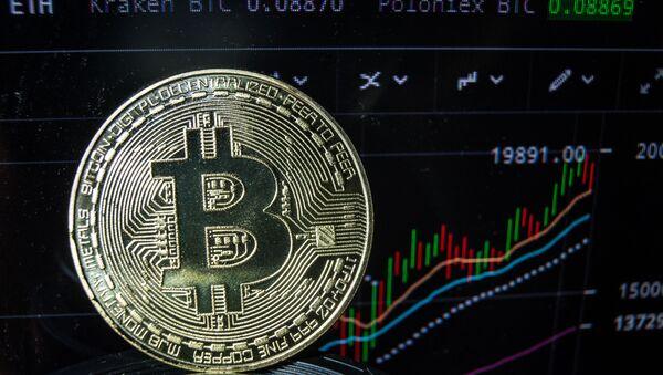 Сувенирные монеты с логотипами криптовалюты биткоин. - Sputnik Аҧсны