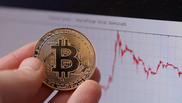 Сувенирная монета с логотипом криптовалюты биткоин. - Sputnik Аҧсны