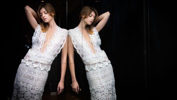 Французская модель Матильда Шаруэ представляет коллекцию итальянского дизайнера Sofia Crociani на Paris Haute Couture Fashion Week - Sputnik Абхазия