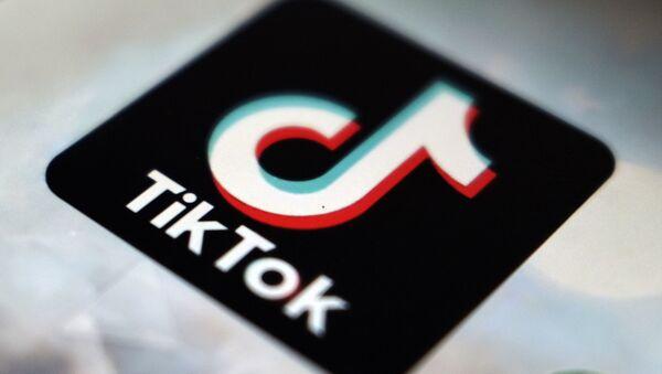 Логотип приложения TikTok появится в Токио 28 сентября 2020 года. Федеральный судья заблокировал попытки президента Дональда Трампа запретить TikTok, последнее юридическое поражение администрации, пытающейся отобрать популярное приложение у китайских владельцев. - Sputnik Абхазия