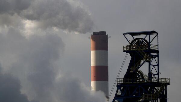 Дымовая труба тепловой электростанции Лазиска видна позади угольной шахты Болеслав Смялы в Лазиске Гурне, Польша, 5 декабря - Sputnik Абхазия