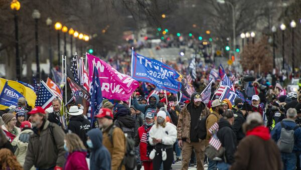 Сторонники Трампа собираются на лужайке у памятника Вашингтону во время митинга в защиту президента в Вашингтоне, округ Колумбия, 6 января 2021 года, когда в общей сложности шесть автобусов и около 300 человек, за которыми следовало агентство AFP, приняли участие в ужине. Счастливое путешествие Америки в Вашингтон, округ Колумбия, из Бостона, чтобы принять участие в протестах и митингах в округе. - Демократическая партия Джо Байдена в среду сделала гигантский шаг к захвату контроля над Сенатом США, выиграв первый из двух выборов в Джорджии, за несколько часов до того, как Конгресс должен был подтвердить победу избранного президента над Дональдом Трампом - Sputnik Абхазия