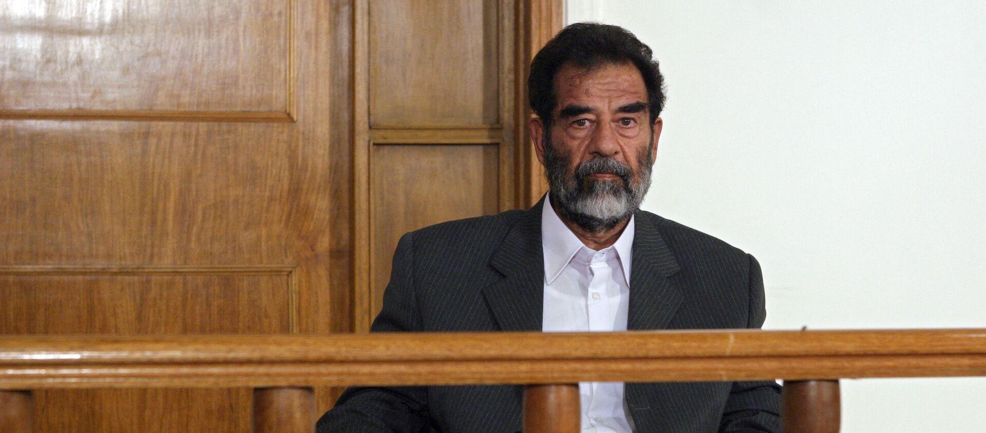 Бывший иракский диктатор Саддам Хусейн сидит в зале суда в Багдаде во время своего первого выступления перед судьей, где он заслушивает ряд обвинений, которые, как ожидается, будут включать геноцид, военные преступления и преступления против человечности 1 июля 2004 года. Одиннадцать высокопоставленных членов его режима, включая бывшего заместителя. премьер-министр Тарек Азиз и советник президента Али Хасан аль-Маджид также предстанут перед судом. - Sputnik Абхазия, 1920, 08.02.2021