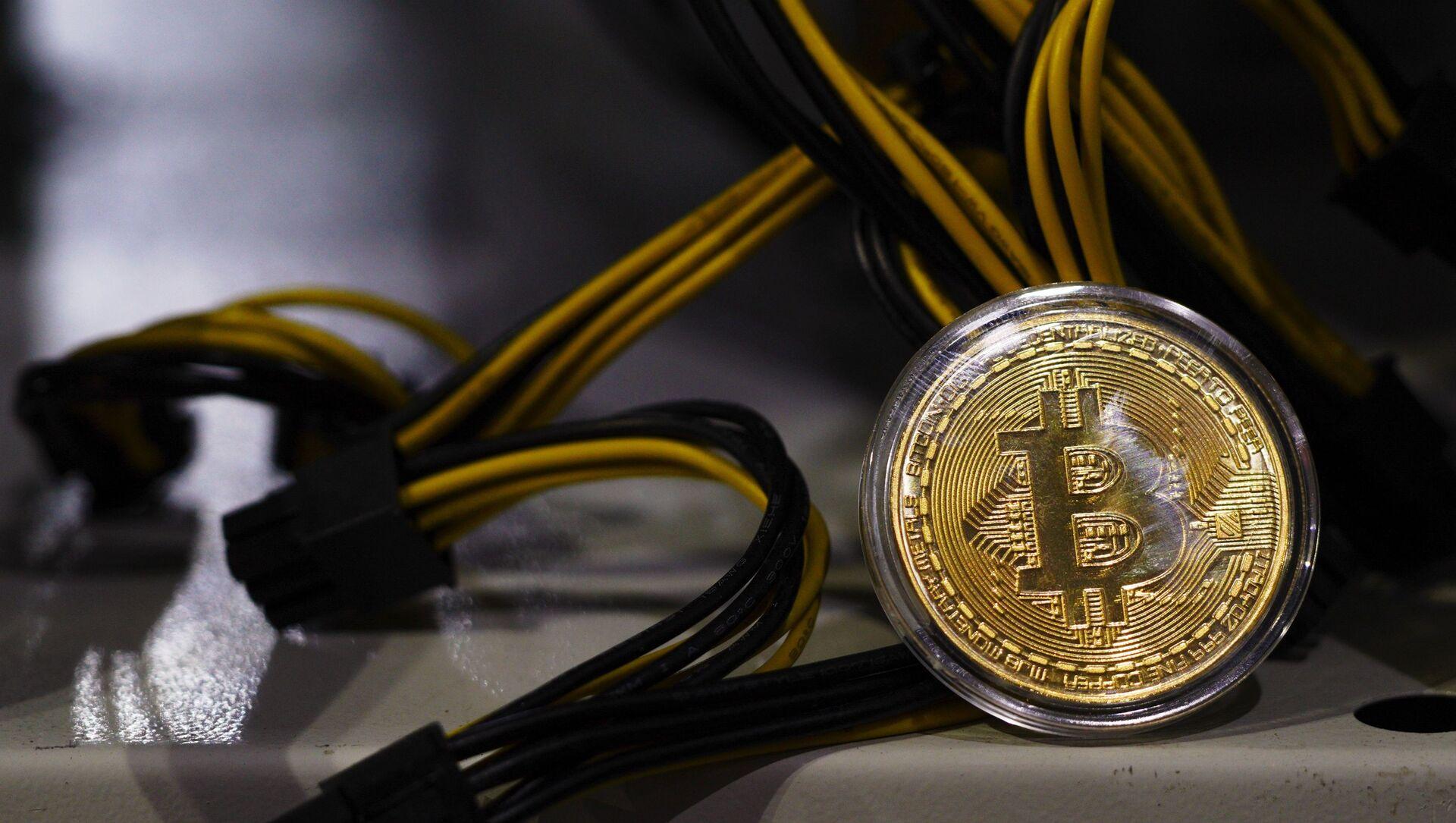 Сувенирная монета с логотипом криптовалюты биткоин. - Sputnik Аҧсны, 1920, 22.02.2021