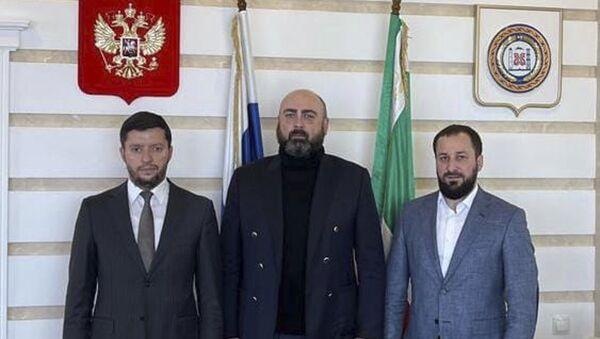 Министр туризма Абхазии Теймураз Хишба и вице-премьер Чеченской Республики Хасан Хакимов. - Sputnik Аҧсны