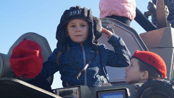Российские танкисты ЮВО в Абхазии продемонстрировали юнармейцам боевую технику и современные технические средства обучения - Sputnik Абхазия