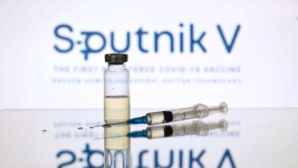 Шприц и ампула на фоне логотипа Спутник V. - Sputnik Аҧсны