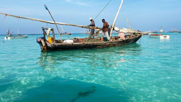 Рыбаки на лодке у острова Занзибар - Sputnik Абхазия