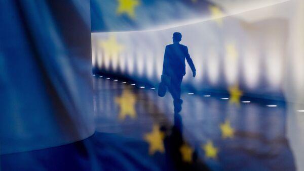 Отражение мужчины на фоне флага ЕС - Sputnik Абхазия