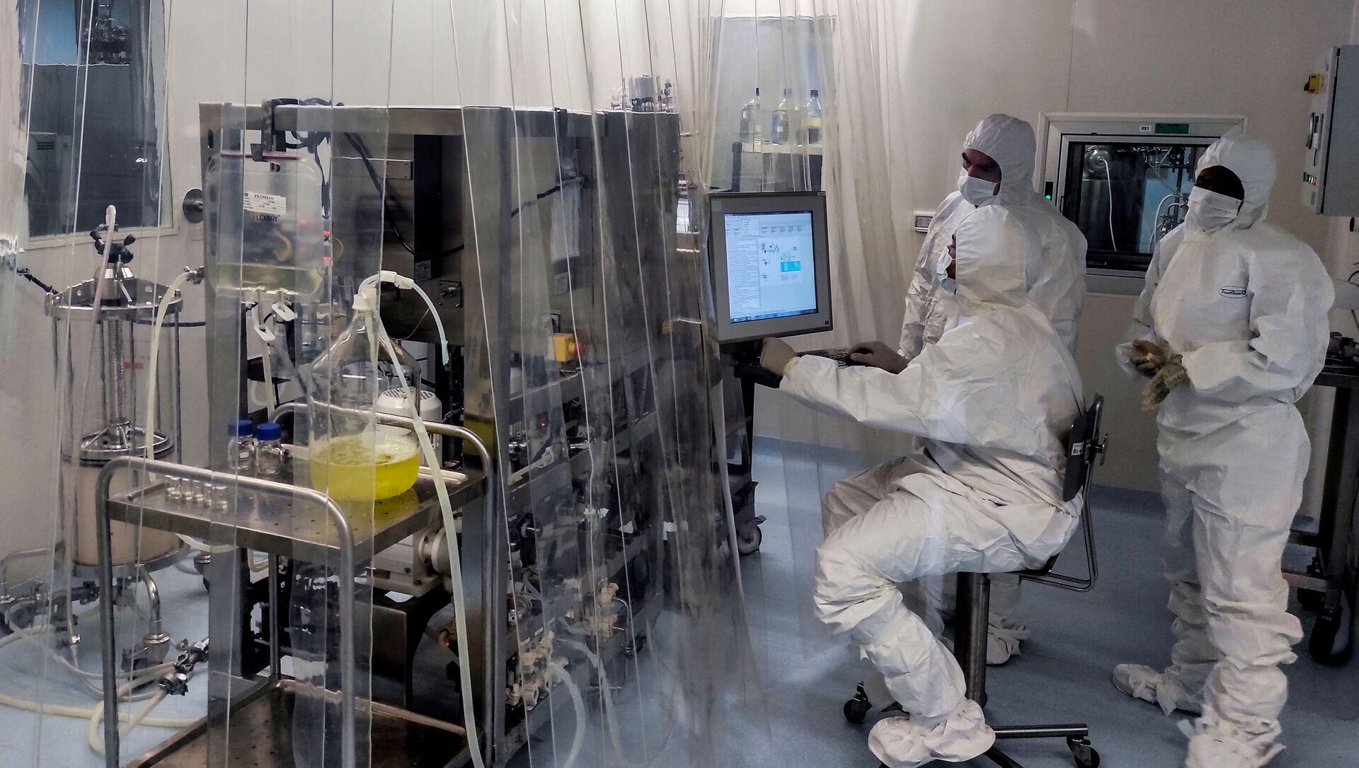 Лаборанты работают на заводе по производству антигена, составляющего кандидатную вакцину Абдала для борьбы с Covid-19 - Sputnik Аҧсны, 1920, 26.02.2021