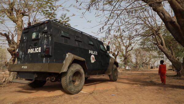 Бронетранспортер находится внутри Государственного научного колледжа, где боевики похитили десятки студентов и сотрудников, в Кагаре, местное правительство штата Нигер Рафи - Sputnik Аҧсны