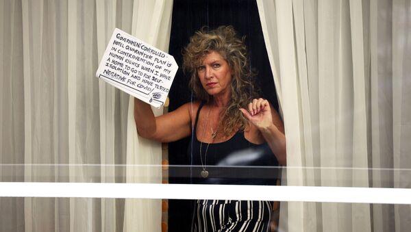 Женщина с табличкой в окне отеля Radisson Blu в аэропорту Хитроу - Sputnik Абхазия