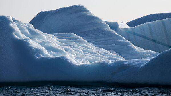 Айсберг был изображен 17 августа 2019 года возле острова Кулусук (также пишется Qulusuk) в муниципалитете Сермерсук на юго-восточном берегу Гренландии. - Sputnik Абхазия