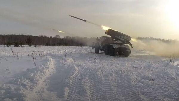 Боевые стрельбы артиллерии, «Солнцепеков» и танков в Челябинской области - Sputnik Абхазия