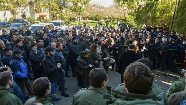 Митингующие у здания Парламента Абхазии - Sputnik Абхазия