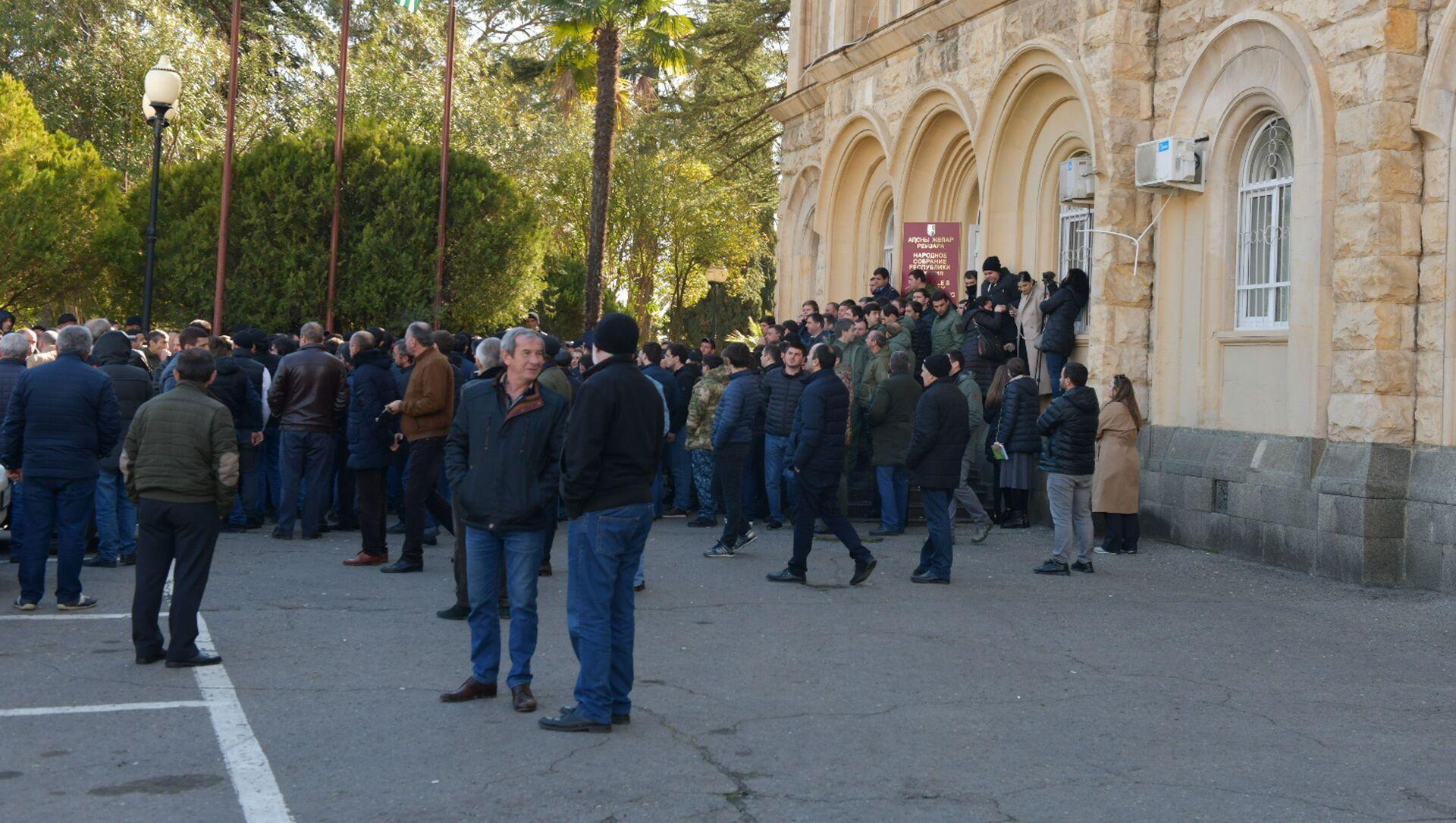 Митингующие у здания Парламента Абхазии - Sputnik Аҧсны, 1920, 03.03.2021